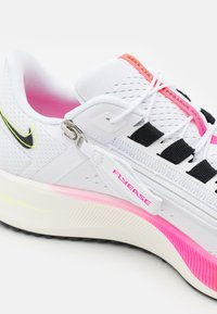 Nike Performance - AIR ZOOM PEGASUS 38 FLYEASE - Neutrala löparskor - white/black/football grey/pink blast/bright crimson - 5
