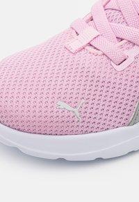 Puma - ANZARUN LITE UNISEX - Neutrální běžecké boty - pink lady/silver - 5