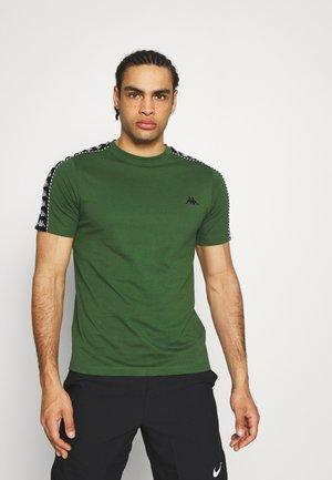 ILYAS - Print T-shirt - greener pasters