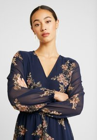 Vero Moda - VMALLIE SHORT SMOCK DRESS - Robe d'été - navy blazer - 4