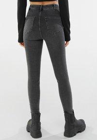 Bershka - MIT RISSEN  - Jeans Skinny Fit - dark grey - 2