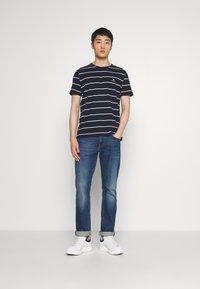 GANT - BRETON STRIPE - T-shirt con stampa - evening blue - 1