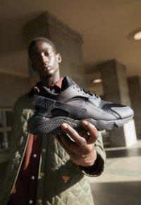 Nike Sportswear - AIR HUARACHE UNISEX - Trainers - black/anthracite - 2