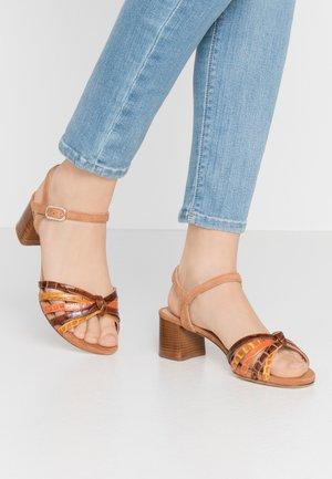 GRATA - Sandaalit nilkkaremmillä - mustard/saddle/mandarin