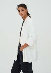 PULL&BEAR - Krótki płaszcz - white - 3