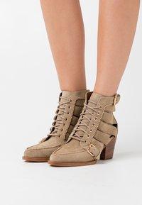 Coach - BOOTIE - Šněrovací kotníkové boty - oat - 0