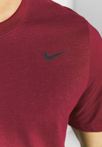 Nike Performance - DRY TEE CREW SOLID - Camiseta básica - noble red/pink foam - 4