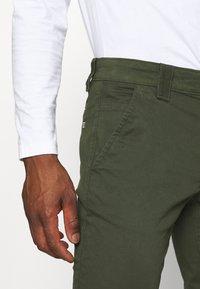 Tommy Jeans - SCANTON PANT - Kangashousut - dark olive - 4