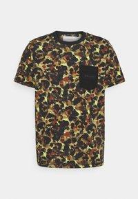 POCKET TEE - Print T-shirt - green/neon yellow/multi