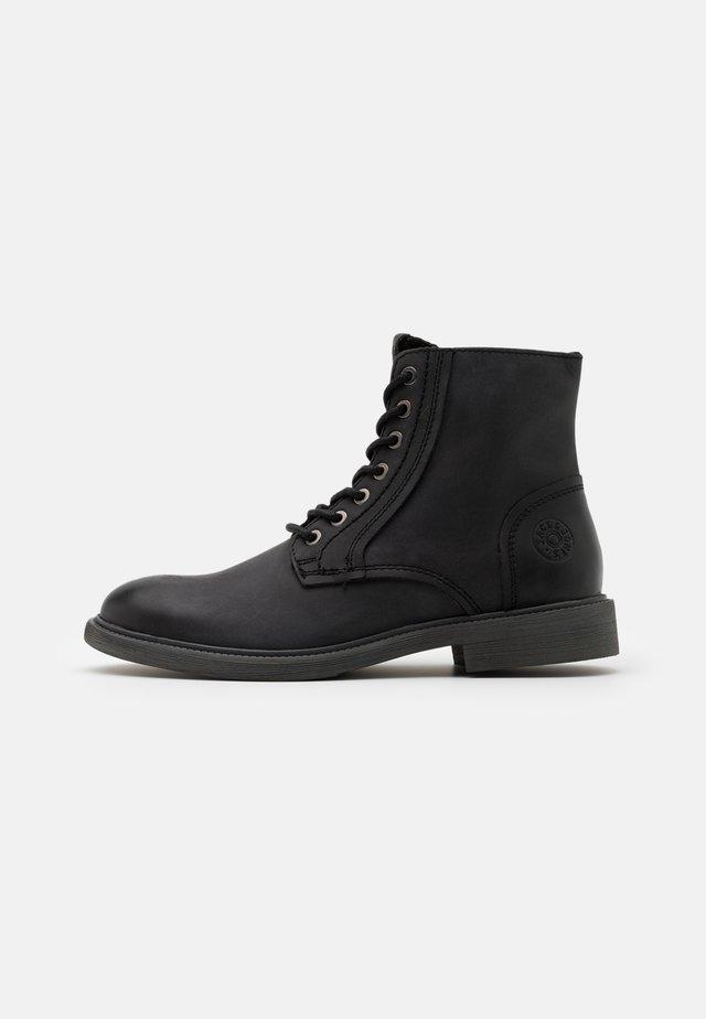 JFWKARL BOOT - Botines con cordones - black