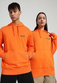 Napapijri - B-PATCH HOOD - Hoodie - orangeade - 2
