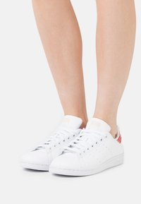 adidas Originals - STAN SMITH - Zapatillas - footwear white/core white/red - 0