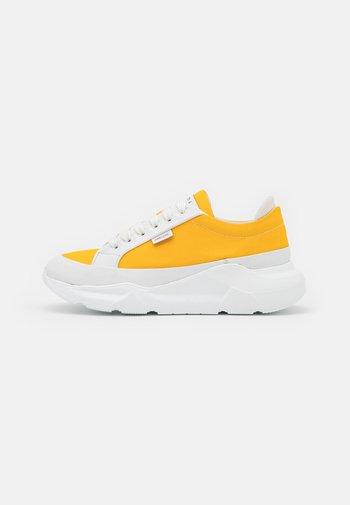 Trainers - white/yellow