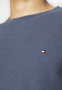Tommy Hilfiger - HONEYCOMB CREW NECK - Stickad tröja - blue - 4