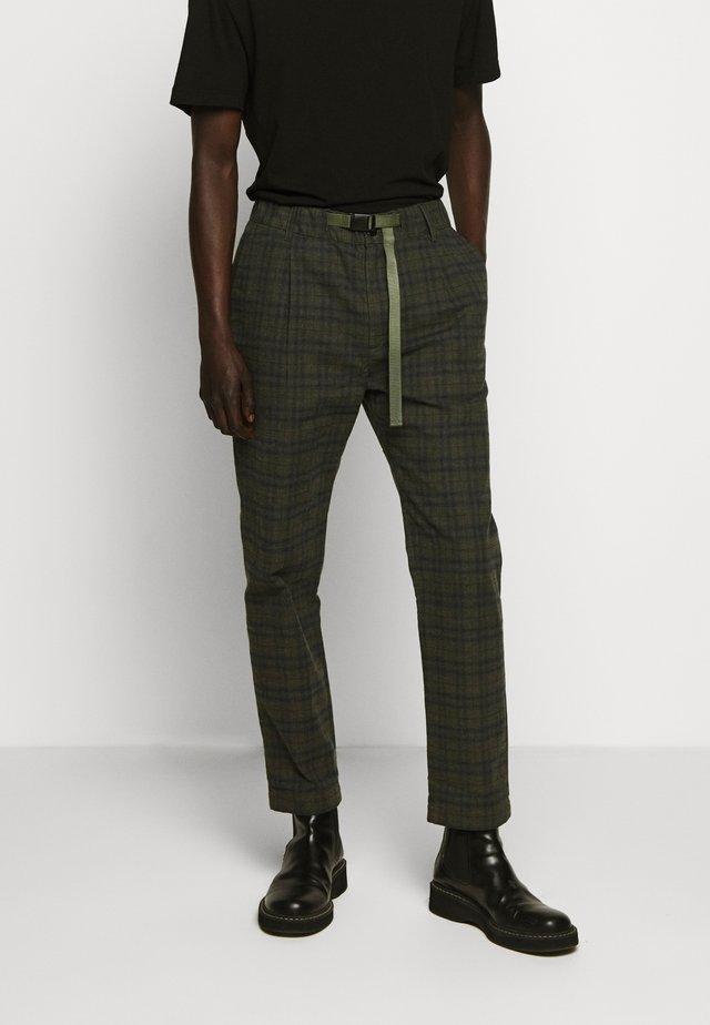 BUCKLE PANT - Pantalon classique - chard green