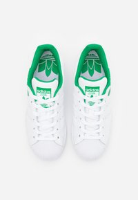 adidas Originals - SUPERSTAR SPORTS INSPIRED SHOES UNISEX - Sneakers laag - footwear white/green - 3