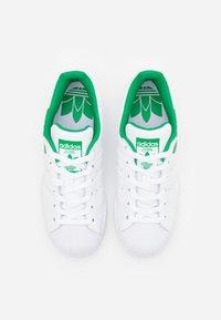 adidas Originals - SUPERSTAR SPORTS INSPIRED SHOES UNISEX - Zapatillas - footwear white/green - 3