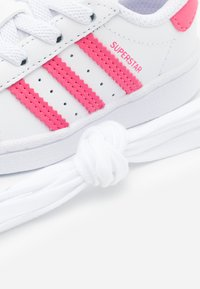 adidas Originals - SUPERSTAR  - Zapatillas - footwear white/super pink/core black - 5