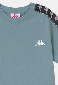 Kappa - ILYAS UNISEX - Print T-shirt - ashley blue - 2