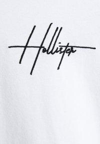 Hollister Co. - EMBROIDERED SCRIPT FONT - Top sdlouhým rukávem - white - 5