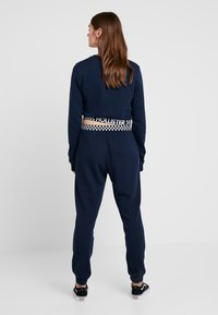 Hollister Co. - HIGH RISE JOGGER WITH LOGO ELASTIC BAND - Tracksuit bottoms - navy - 2
