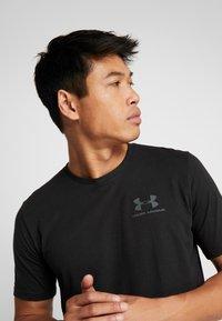 Under Armour - SPORTSTYLE BACK TEE - Camiseta estampada - black/pitch gray - 3