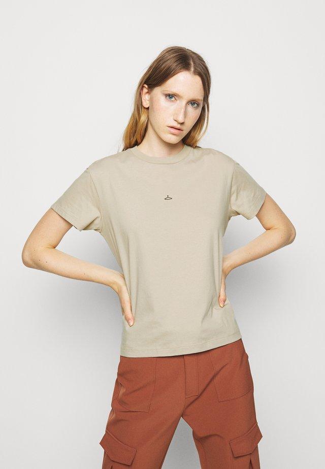 SUZANA - T-shirts med print - tan