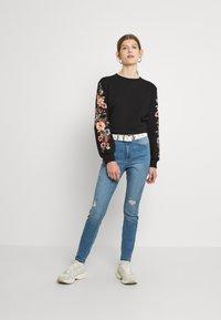 ONLY - ONLCONNY  LIFE O NECK - Sweatshirt - black - 1
