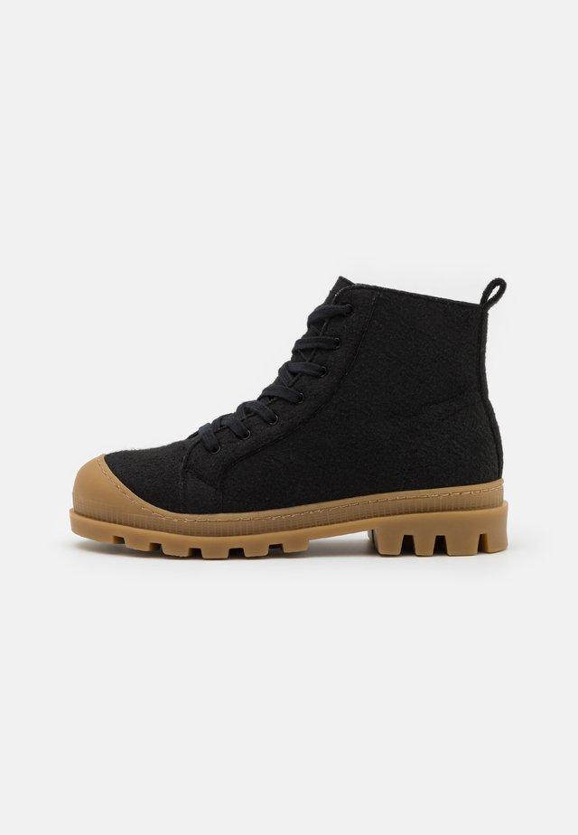 NOAH VEGAN  - Šněrovací kotníkové boty - black