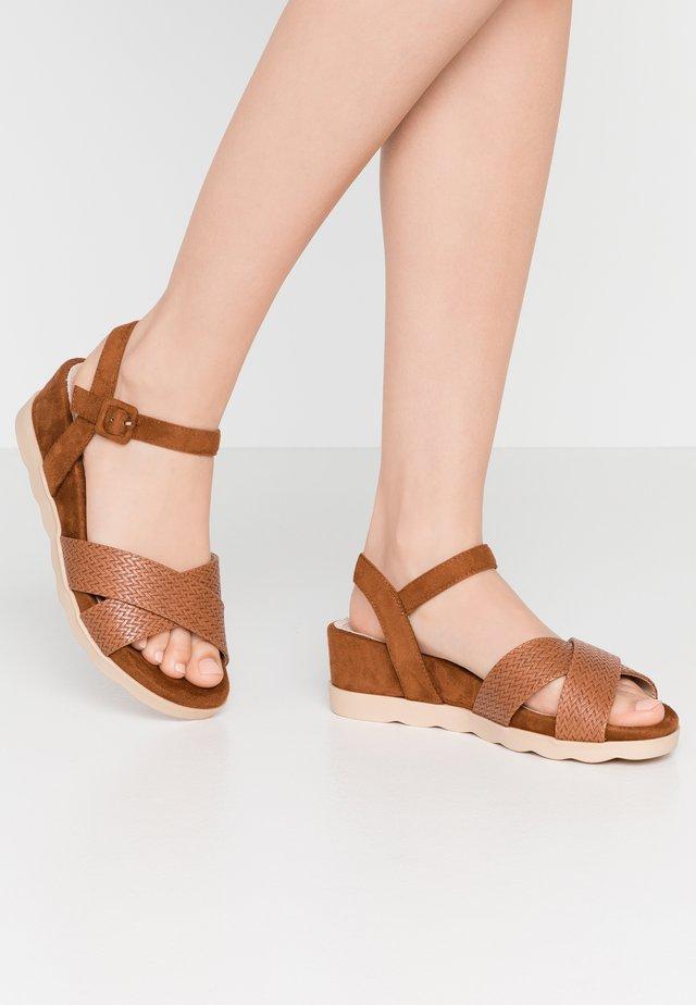 NAGUA - Sandały na platformie - brown