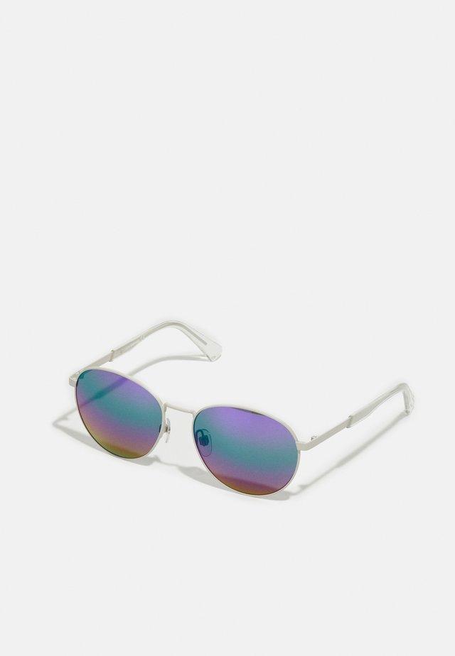 UNISEX - Aurinkolasit - matte light grey/rainbow
