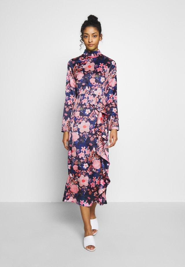 HIGH NECK MIDI DRESS - Denní šaty - dark poppy