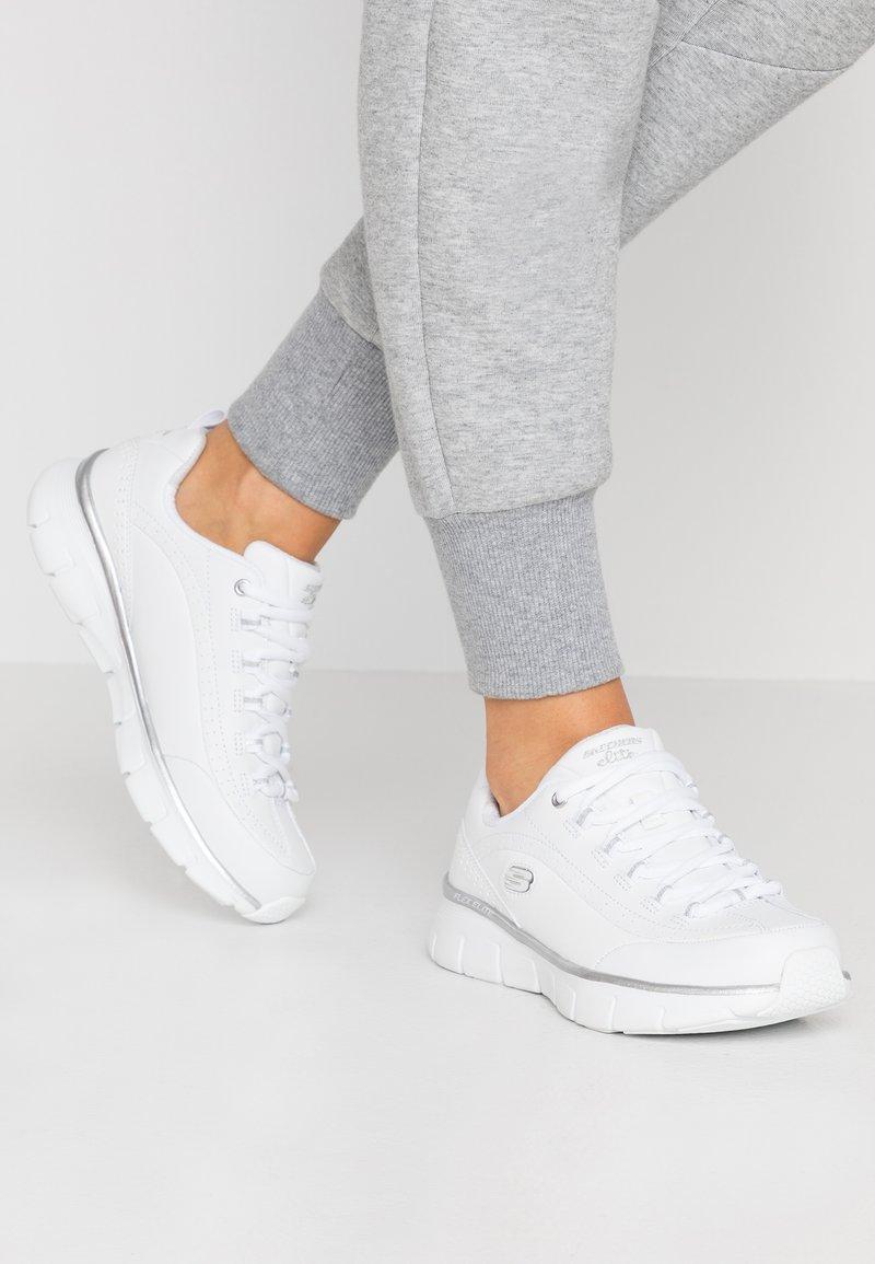 Skechers Wide Fit - SYNERGY - Zapatillas - white
