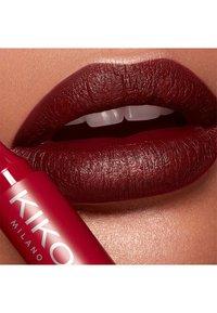 KIKO Milano - LONG LASTING COLOUR LIP MARKER - Crayon à lèvres - 106 apple red - 1