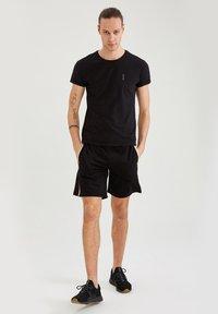 DeFacto Fit - MUSCLE FIT - T-shirt - bas - black - 1