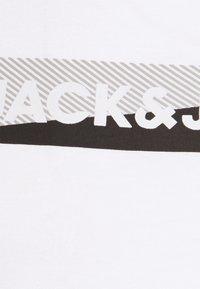 Jack & Jones - JACTREVOR TEE - Pyžamový top - white - 6