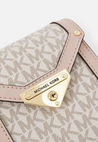 MICHAEL Michael Kors - GRACE XBODY - Across body bag - vanille/soft pink - 3