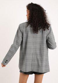 Pimkie - MIT KARO-PRINT - Short coat - schwarz - 2