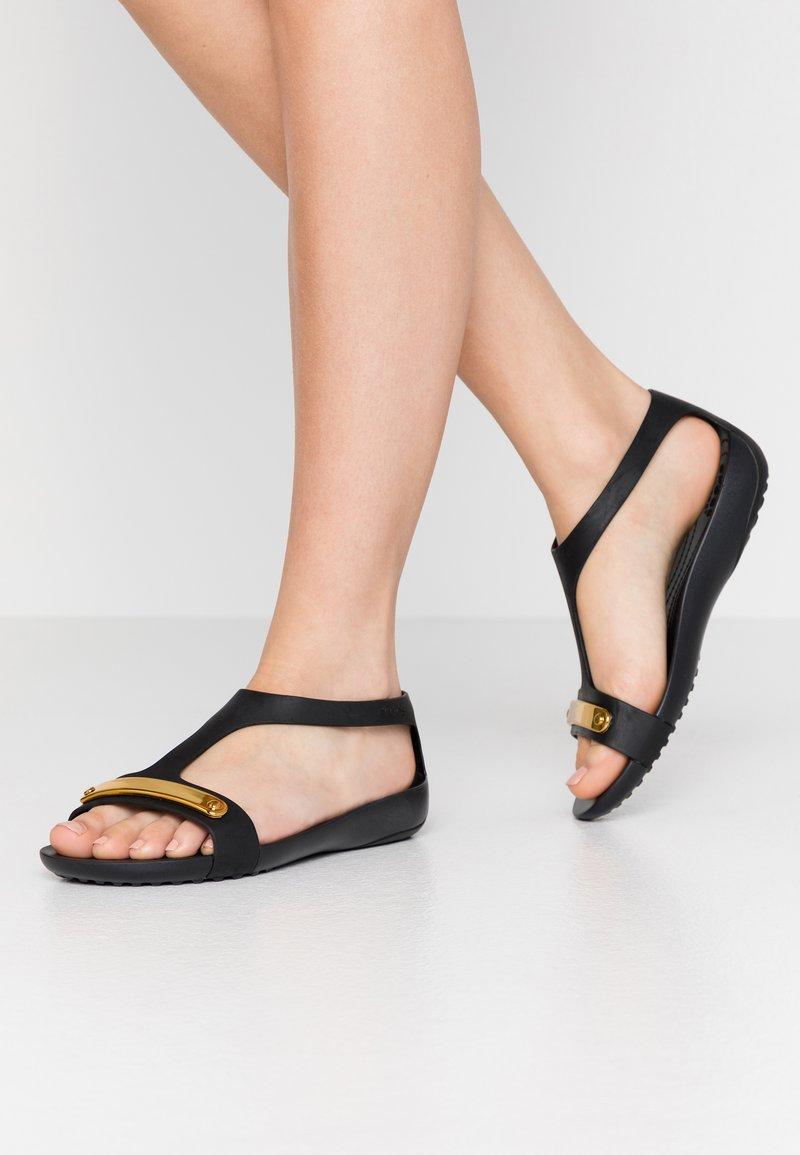 Crocs - SERENA METALLIC BAR  - Kapcie - gold/black