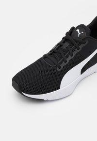 Puma - FLYER RUNNER UNISEX - Neutrální běžecké boty - black/white - 5