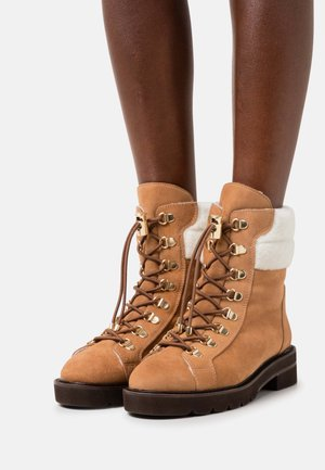 ROCKIE LIFT CHILL BOOTIE - Lace-up ankle boots - tan/white
