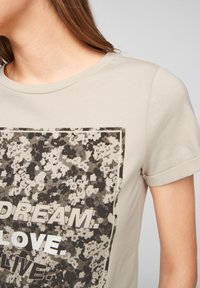 QS by s.Oliver - MIT FRONTPRINT - Print T-shirt - beige - 2