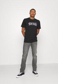 Nominal - NEW YORK TEE - Print T-shirt - black - 1