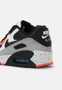 Nike Sportswear - AIR MAX 90 LTR GS UNISEX - Sneakersy niskie - white/black/turf orange/aquamarine - 6