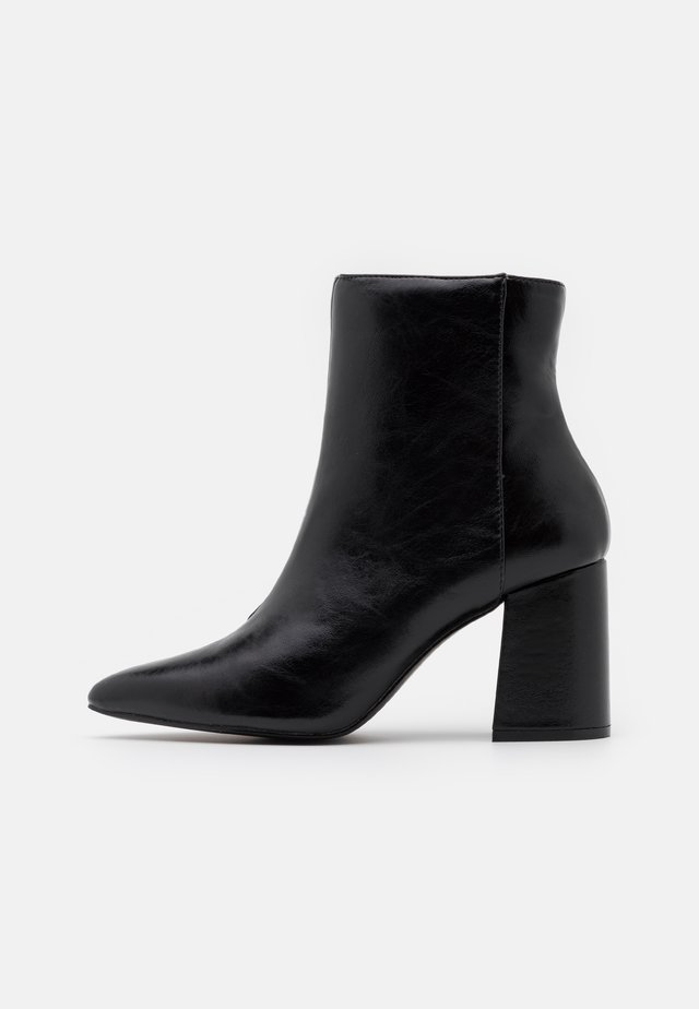 BAYLEY POINTED FLARE HEEL BOOT - Botines - black