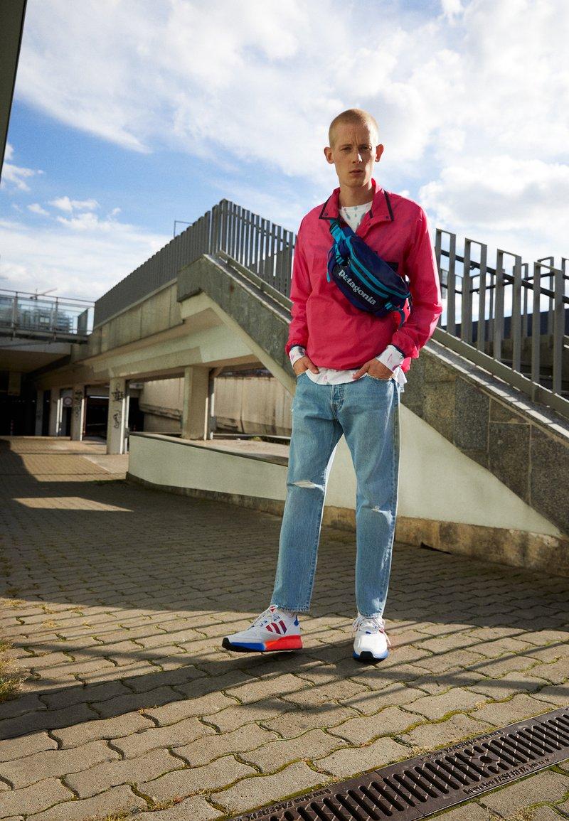 adidas Originals - ZX 2K BOOST UNISEX - Sneakers basse - footwear white/solar red/blue