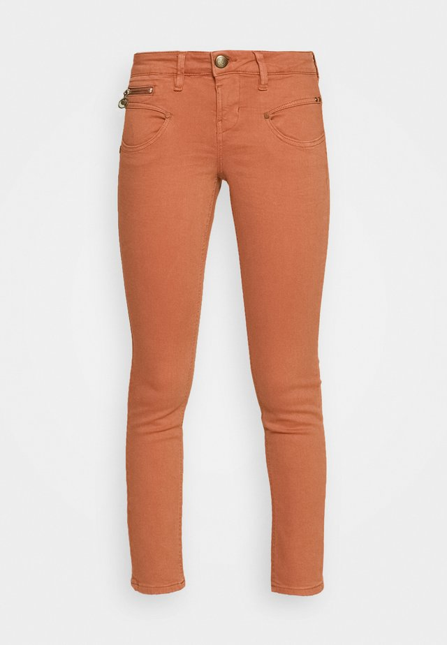 ALEXA CROPPED NEW MAGIC COLOR - Skinny-Farkut - auburn