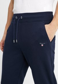 GANT - THE ORIGINAL PANT - Tracksuit bottoms - evening blue - 5