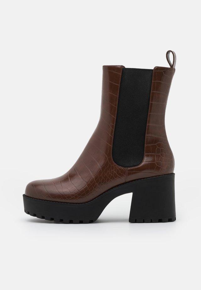 VEGAN MALWINA BOOT - Platform ankle boots - brown