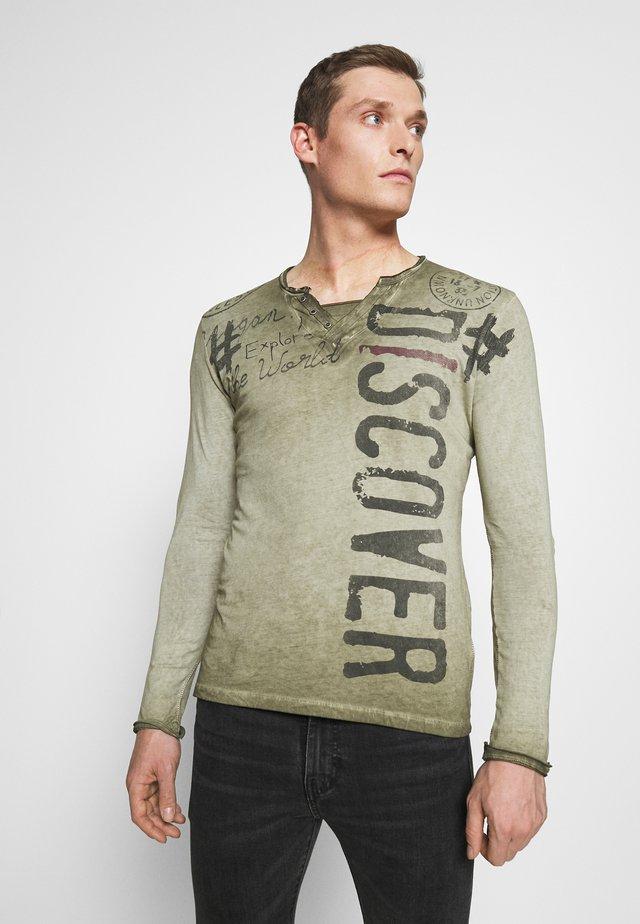 EXPLORE BUTTON - Camiseta de manga larga - green